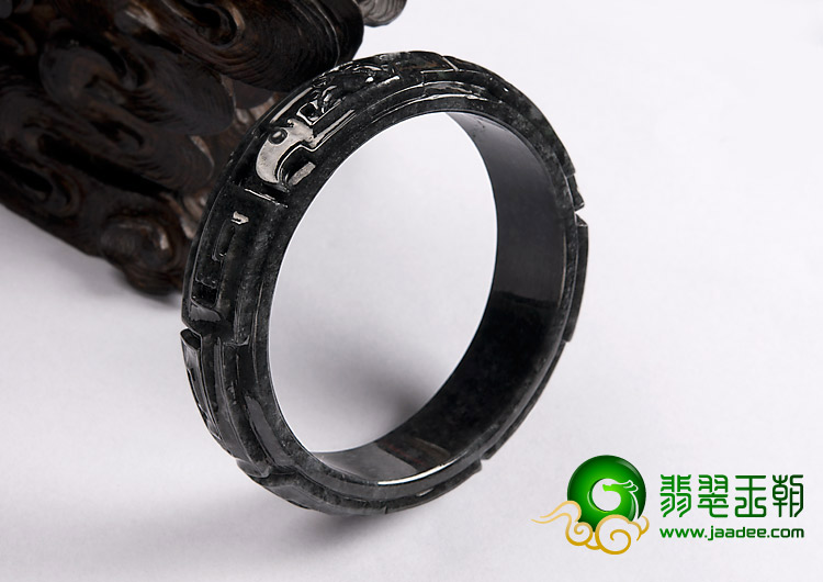 糯冰(乌鸡种)缅甸翡翠a货仿古雕花镯(58.6mm)