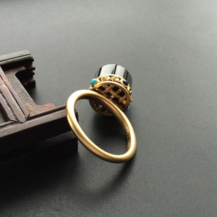 【玉雕名家施宗颖原创设计】(超值推荐)糯冰种墨翠镶黄色金转经筒戒指